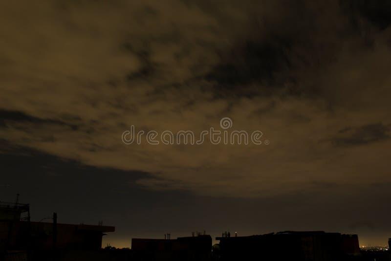 Το χτύπησα όταν σταμάτησε και τα σύννεφα έχουν αυτό μοναδικά σχέδια στοκ φωτογραφία με δικαίωμα ελεύθερης χρήσης