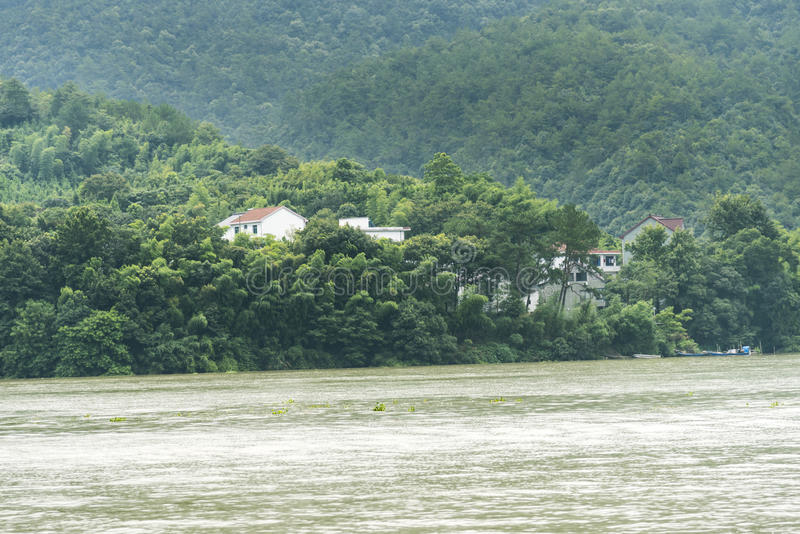 Download Το χωριό κατά μήκος του ποταμού Fuchun Στοκ Εικόνα - εικόνα από φαράγγια, σπίτι: 62711479