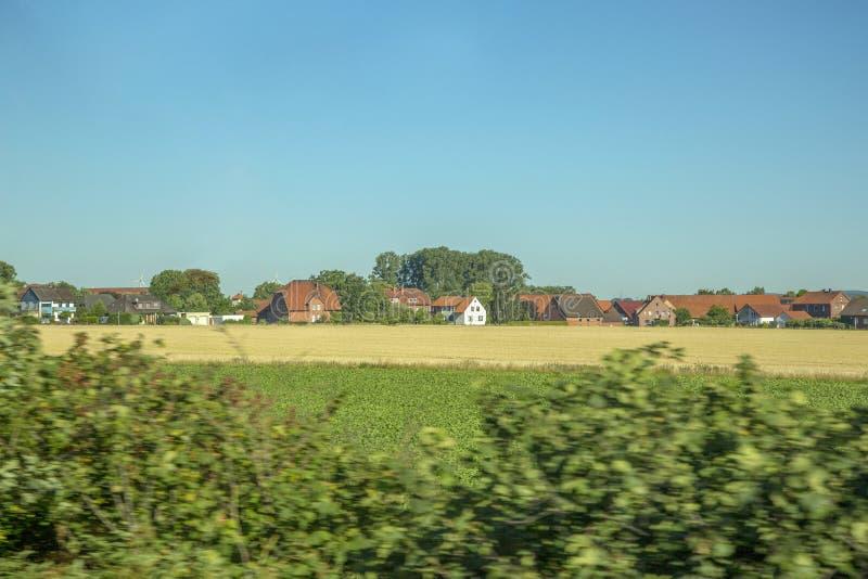 Το χωριό πρίν μπαίνει στο Άμστερνταμ, η άποψη από το παράθυρο του αυτοκινήτου στοκ εικόνα