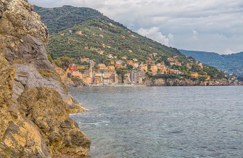 Το χωριό Sori, επαρχία της Γένοβας, που βλέπει από την ακτή, Ιταλία στοκ φωτογραφία με δικαίωμα ελεύθερης χρήσης