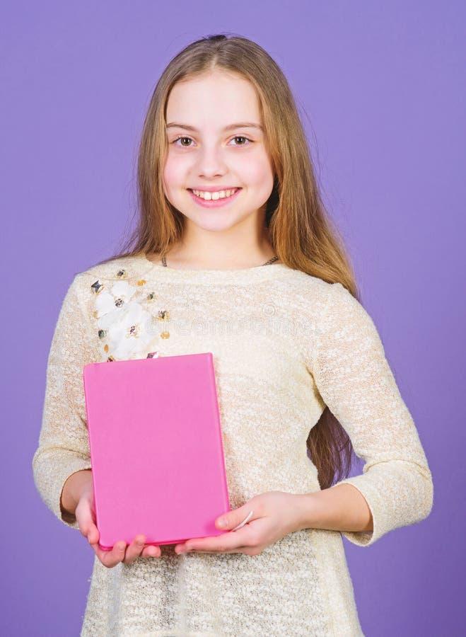 Το χόμπι της διαβάζει Χαριτωμένο μικρό βιβλίο εκμετάλλευσης παιδιών για την εγχώρια ανάγνωση Το λατρευτό μικρό κορίτσι απολαμβάνε στοκ εικόνες