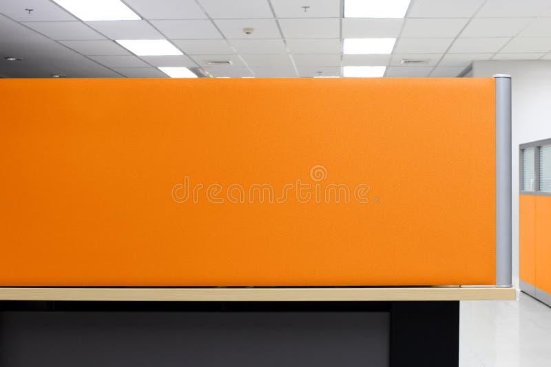 Το χώρισμα, πορτοκαλής θαλαμίσκος γραφείων τοίχων χωρισμάτων κενός, χωρίζει το τετράπλευρο υπόβαθρο γραφείων στοκ εικόνα με δικαίωμα ελεύθερης χρήσης