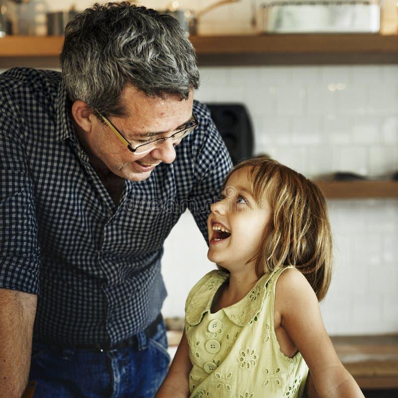 Το ψήσιμο μπισκότων παιδιών μαγειρέματος ψήνει την έννοια στοκ εικόνα με δικαίωμα ελεύθερης χρήσης