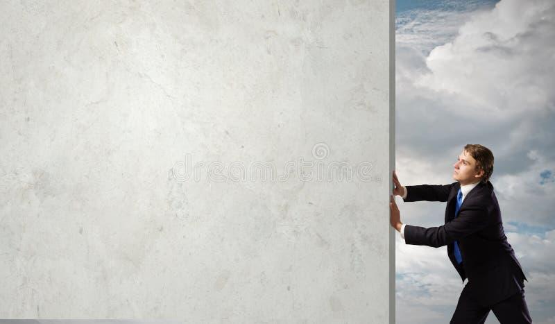 το ψαλίδισμα εμποδίων περιέχει την εικόνα που υπερνικά το μονοπάτι στοκ φωτογραφία με δικαίωμα ελεύθερης χρήσης