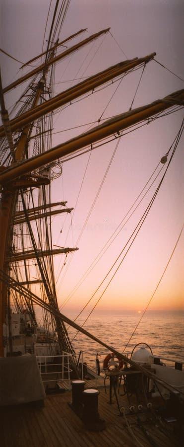 Το ψηλό σκάφος βαρκών 4 ιστών πήγε να παρασύρει στην ήρεμη θάλασσα σε ένα ηλιοβασίλεμα στοκ εικόνα με δικαίωμα ελεύθερης χρήσης