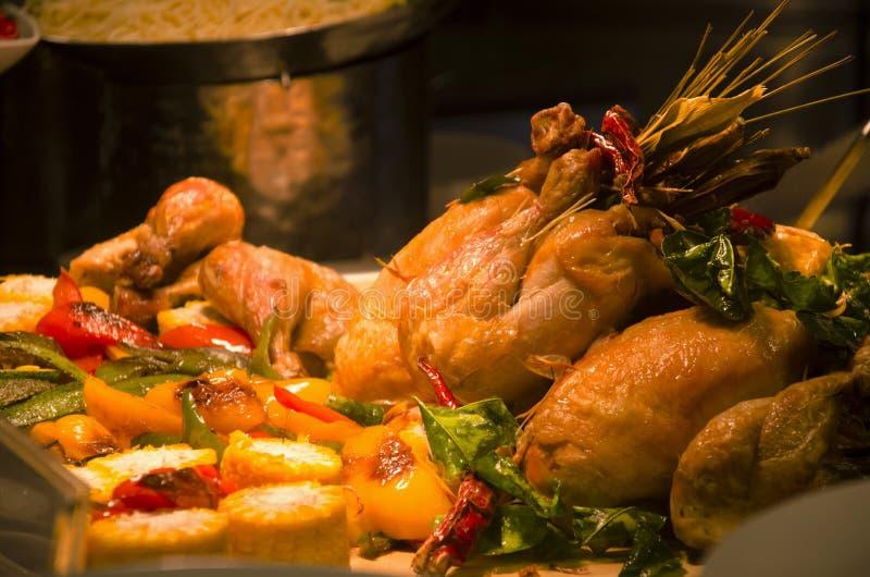 Το ψημένο κοτόπουλο και το τηγανισμένο κουδούνι peper εξυπηρετούν με το ψημένο στη σχάρα καλαμπόκι στοκ φωτογραφίες