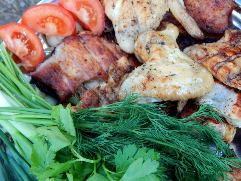 Το ψημένο στη σχάρα κρέας και τα πράσινα εξυπηρέτησαν υπαίθριο στοκ φωτογραφίες