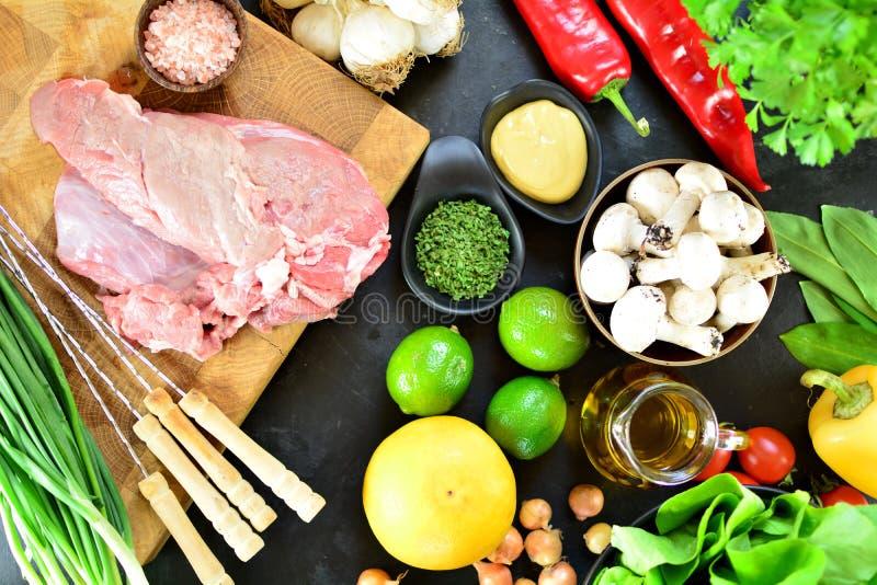 Το ψημένο στη σχάρα μοσχαρίσιο κρέας σουβλίζει - ένα εύγευστο keto γεύμα διατροφής με φωτογραφίες τις ολόκληρες προετοιμασιών στοκ φωτογραφία με δικαίωμα ελεύθερης χρήσης