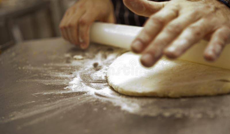 Το ψωμί και η πίτσα γίνονται στοκ φωτογραφία με δικαίωμα ελεύθερης χρήσης