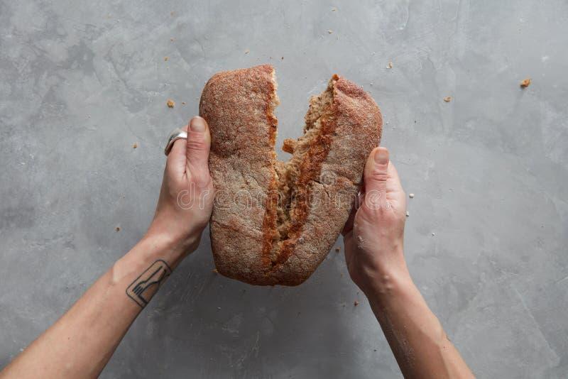 το ψωμί σπάζει το χέρι στοκ φωτογραφία με δικαίωμα ελεύθερης χρήσης