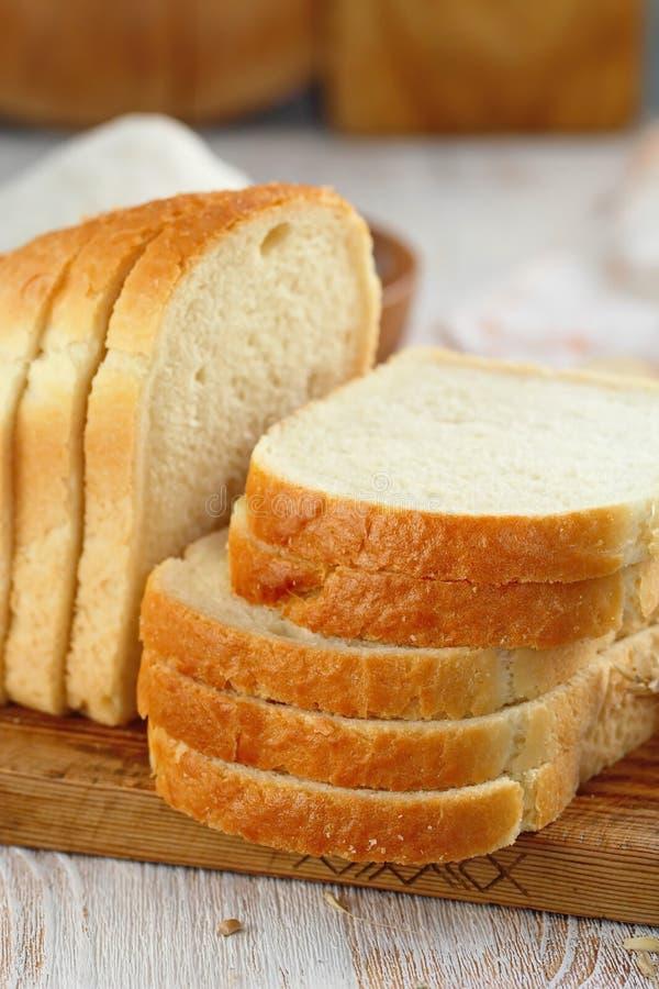 το ψωμί τεμάχισε το λευκό στοκ εικόνες