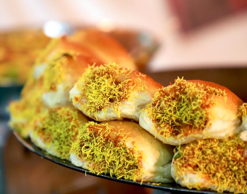 Το ψωμί dabeli kutchi ύφους dabeli Kutchi steet και ο παχύς ζωμός λαχανικών γεμίζουν με το dabeli kutchi σπόρων φυστικιών και ροδ στοκ εικόνα με δικαίωμα ελεύθερης χρήσης