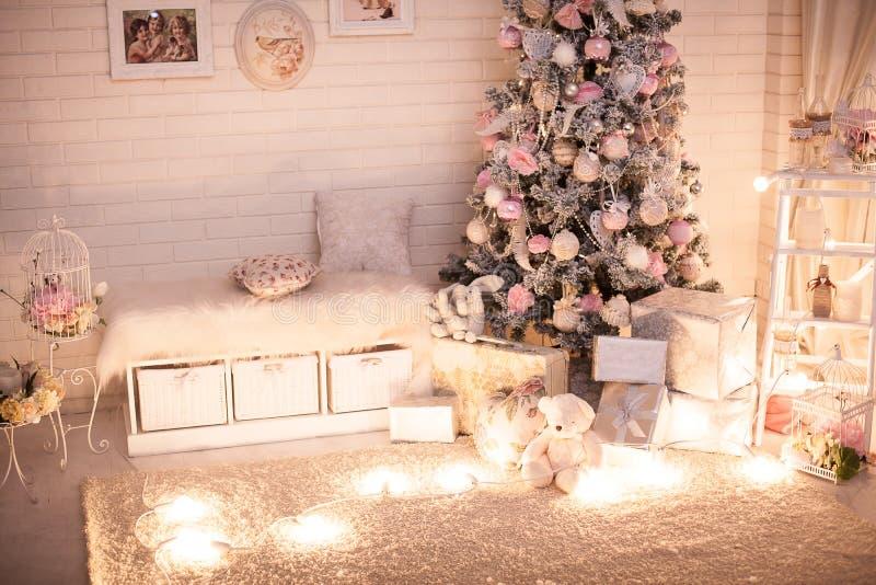 Το δωμάτιο παιδιών Χριστουγέννων με το δέντρο στοκ εικόνες