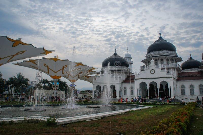 Το όμορφο άσπρο καλυμμένο δια θόλου μεγάλο μουσουλμανικό τέμενος Baiturrahman είναι το κέντρο της θρησκευτικής μουσουλμανικής ζωή στοκ φωτογραφία