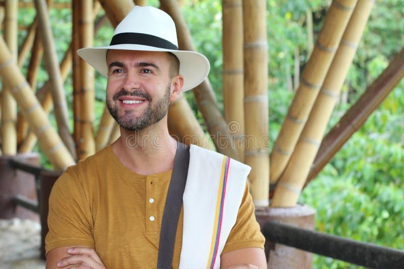 Το όμορφο άτομο έντυσε με τα κολομβιανά παραδοσιακά κομμάτια στοκ εικόνες