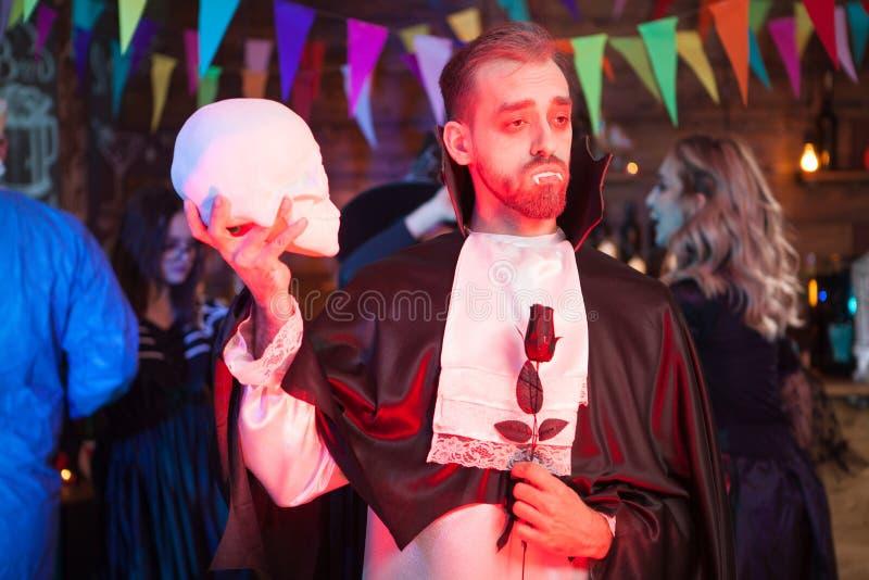 Το όμορφο άτομο έντυσε σε ένα κοστούμι Dracula για αποκριές στοκ φωτογραφία με δικαίωμα ελεύθερης χρήσης