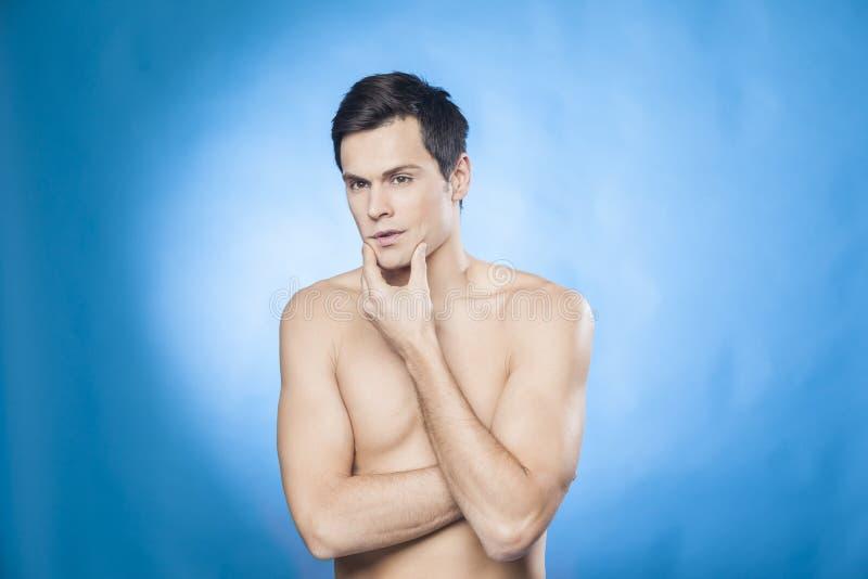 Το όμορφο άτομο γυμνοστήθων μπροστά από τον έλεγχο καθρεφτών είναι αυτός καλά-που ξυρίζεται στοκ εικόνες