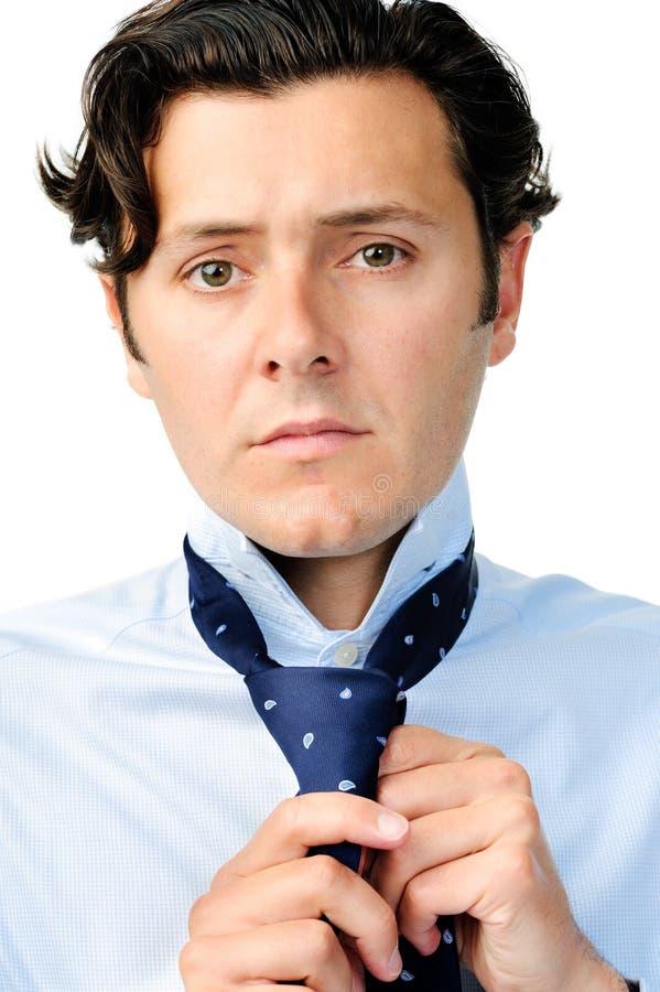 Download Το όμορφο άτομο προσπαθεί να δέσει τη γραβάτα του Στοκ Εικόνες - εικόνα από αρσενικό, διευθυντής: 22775360