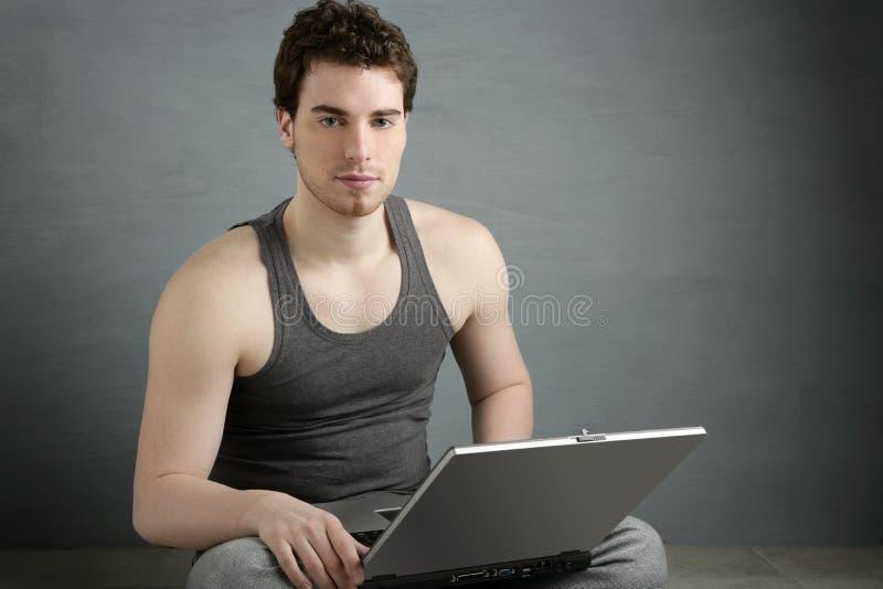 το όμορφο άτομο lap-top κάθεται & στοκ φωτογραφία με δικαίωμα ελεύθερης χρήσης