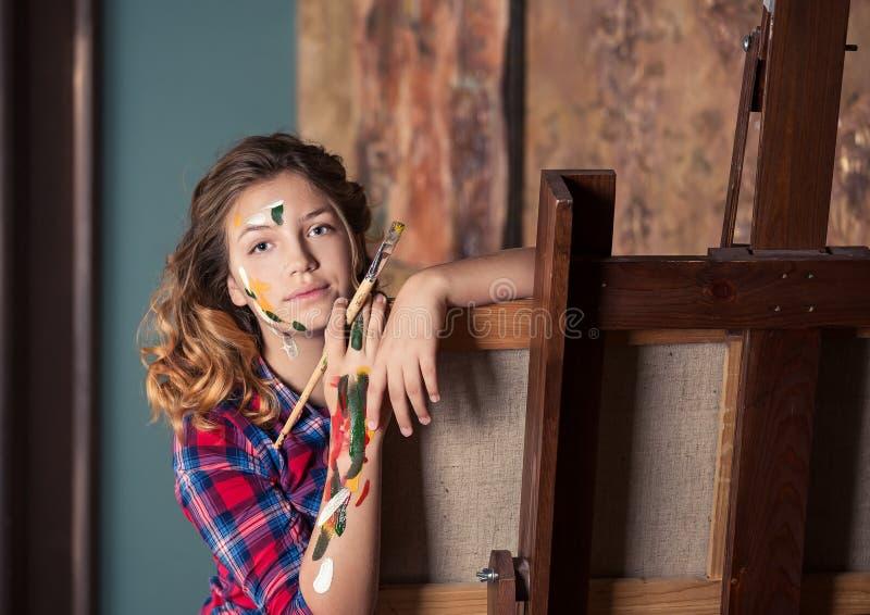 Το όμορφο έφηβος-κορίτσι της Νίκαιας μελετά στο τέχνη-στούντιο στοκ εικόνες με δικαίωμα ελεύθερης χρήσης