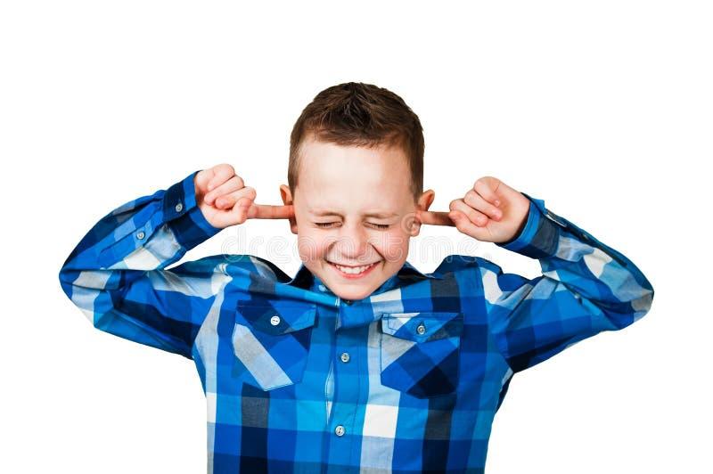 Το όμορφο αγόρι ciose τα αυτιά του αγνοεί το θόρυβο o στοκ φωτογραφία με δικαίωμα ελεύθερης χρήσης