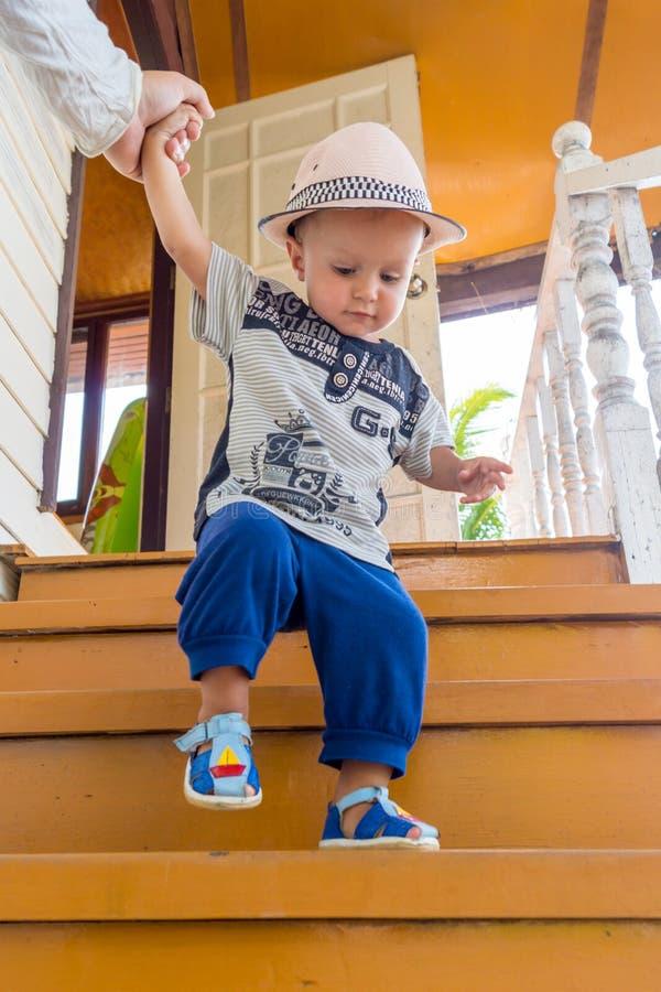 Το όμορφο αγόρι llittle παίζει υπαίθρια στοκ εικόνα με δικαίωμα ελεύθερης χρήσης
