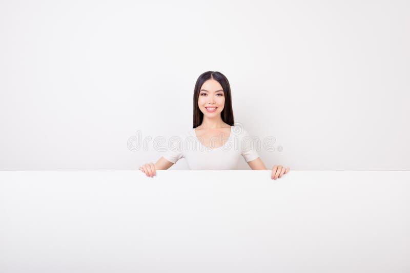 Το όμορφο ασιατικό χαμόγελο με το riental κορίτσι εμφάνισης Ð ¾ είναι hiddin στοκ φωτογραφία με δικαίωμα ελεύθερης χρήσης