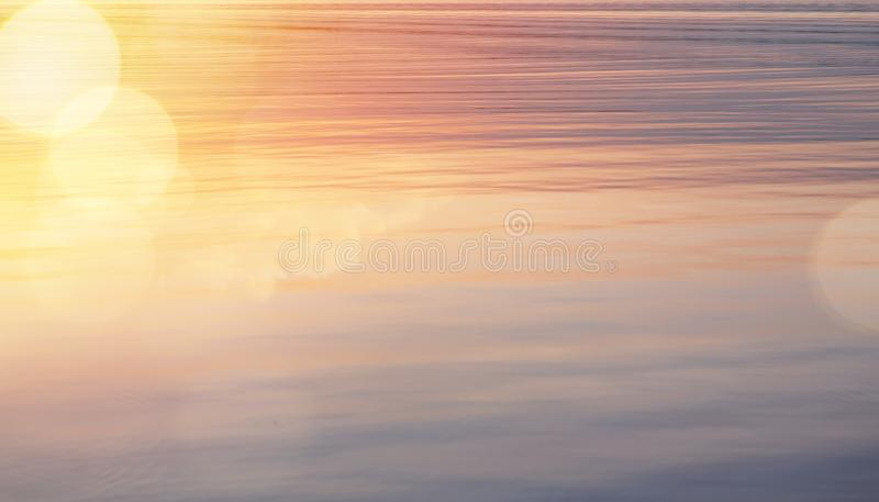Το όμορφο αφηρημένο λαμπρό φως και ακτινοβολεί υπόβαθρο ανατολής νερού στοκ εικόνες με δικαίωμα ελεύθερης χρήσης