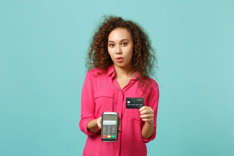 Το όμορφο αφρικανικό κοριτσιών τερματικό πληρωμής τραπεζών λαβής ασύρματο σύγχρονο στη διαδικασία, αποκτά τις πληρωμές με πιστωτι στοκ εικόνα με δικαίωμα ελεύθερης χρήσης
