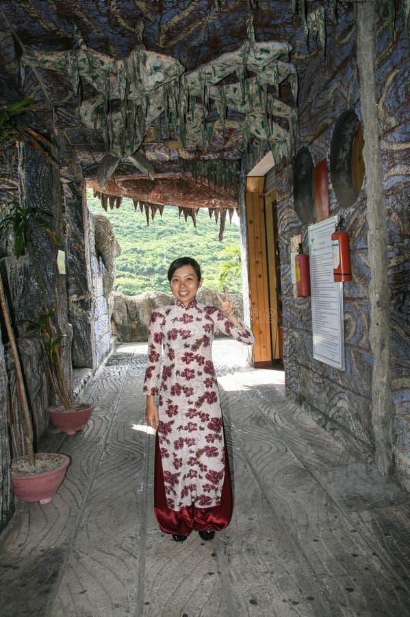 Το όμορφο βιετναμέζικο κορίτσι στο θαλάσσιο μουσείο Nha Trang, Βιετνάμ στοκ φωτογραφία