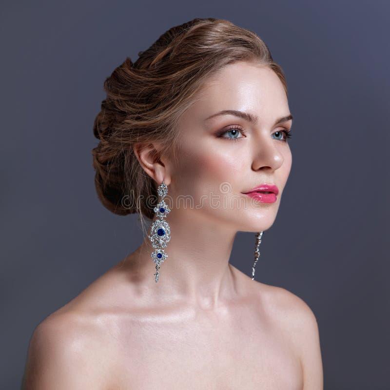 το όμορφο βράδυ αποτελεί φωτογραφία κοσμήματος μόδας ομορφιάς τέχνης η μόδα σεντονιών βάζει τις σαγηνευτικές νεολαίες λευκών γυνα στοκ εικόνες