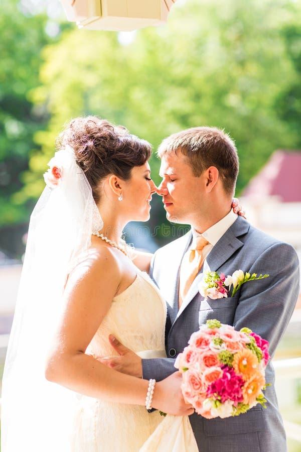 Το όμορφο γαμήλιο ζεύγος απολαμβάνει το γάμο στοκ φωτογραφία