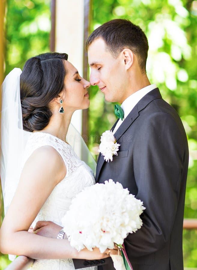 Το όμορφο γαμήλιο ζεύγος απολαμβάνει το γάμο στοκ φωτογραφίες