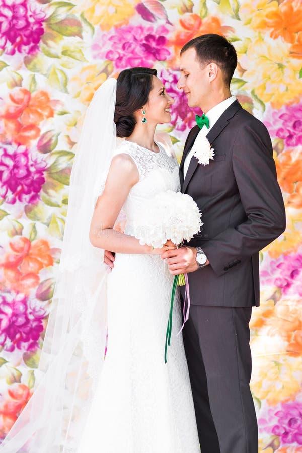 Το όμορφο γαμήλιο ζεύγος απολαμβάνει το γάμο στοκ εικόνες