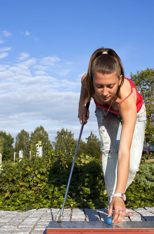 το όμορφο γκολφ κοριτσ&iota στοκ εικόνες