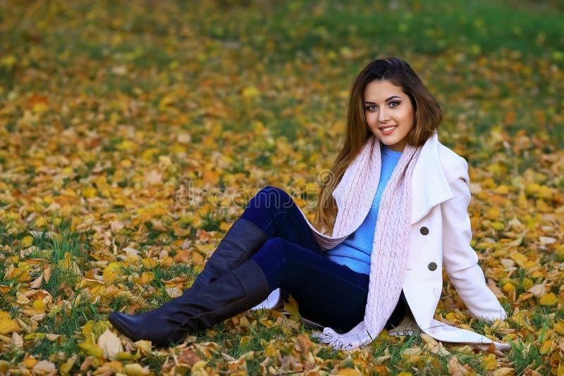 Το όμορφο γοητευτικό νέο κορίτσι φλερτάρει θέτοντας για τη κάμερα Χαμόγελο Υπαίθριο πορτρέτο μόδας του μοντέρνου δροσερού κοριτσι στοκ εικόνα