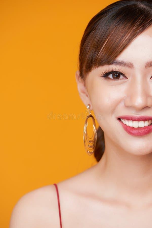 Το όμορφο δέρμα γυναικών μαύρισε το κόκκινο χαμόγελο δερμάτων χειλικής υγιές ομορφιάς στοκ εικόνα με δικαίωμα ελεύθερης χρήσης