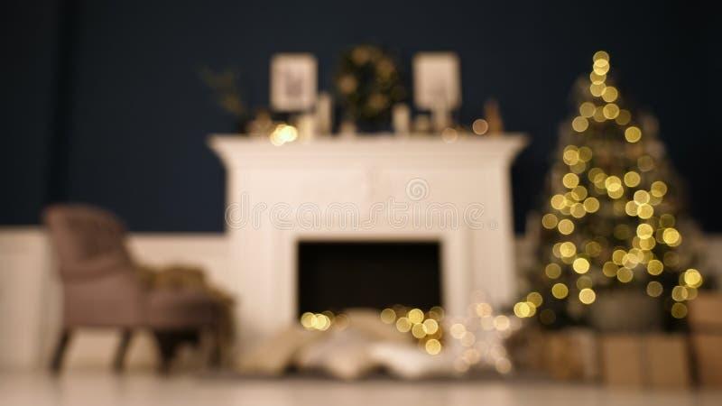 Το όμορφο διακοσμημένο διακοπές δωμάτιο με το χριστουγεννιάτικο δέντρο με παρουσιάζει κάτω από το Εστία με τα όμορφα Χριστούγεννα στοκ εικόνες