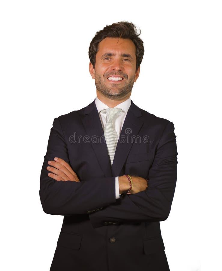 Το όμορφο ευτυχές άτομο στην τοποθέτηση κοστουμιών για το εταιρικό επιχειρησιακό πορτρέτο επιχείρησης χαλάρωσε και βέβαιος ευτυχή στοκ φωτογραφία με δικαίωμα ελεύθερης χρήσης