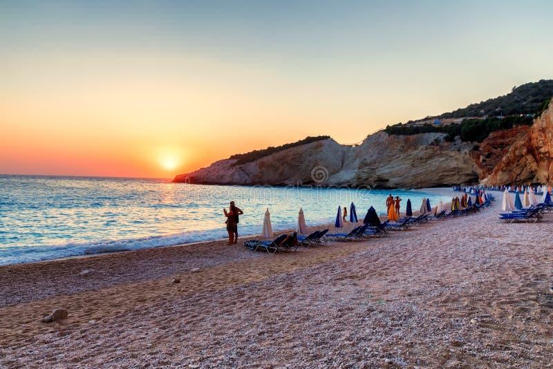 Το όμορφο ηλιοβασίλεμα στη θάλασσα στην παραλία του Πόρτο Katsiki στη Λευκάδα είναι στοκ εικόνα με δικαίωμα ελεύθερης χρήσης