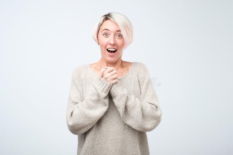 Το όμορφο θηλυκό στέκεται συγκινημένο απομονωμένος στο γκρίζο στούντιο backgroud στοκ φωτογραφία με δικαίωμα ελεύθερης χρήσης