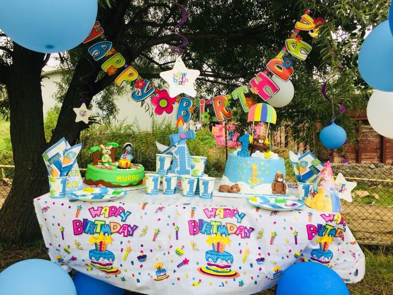 το όμορφο κέικ γενεθλίων μπαλονιών αφροαμερικάνων γιορτάζει την παρούσα συνεδρίαση βασικών συμβαλλόμενων μερών εκμετάλλευσης κορι στοκ φωτογραφίες με δικαίωμα ελεύθερης χρήσης