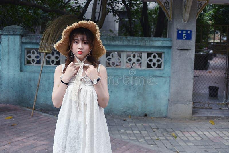 Το όμορφο και καλό ασιατικό κορίτσι παρουσιάζει νεολαία της στο πάρκο στοκ φωτογραφία με δικαίωμα ελεύθερης χρήσης
