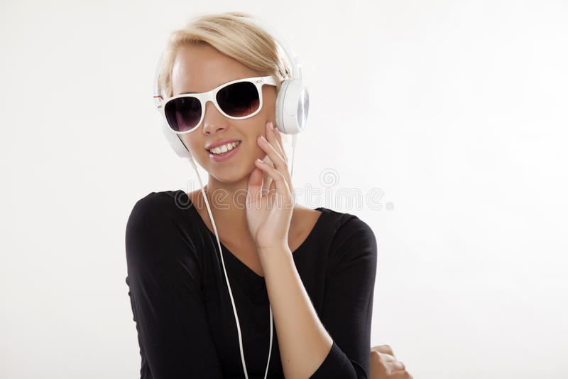 το όμορφο κορίτσι ακούει στοκ φωτογραφία