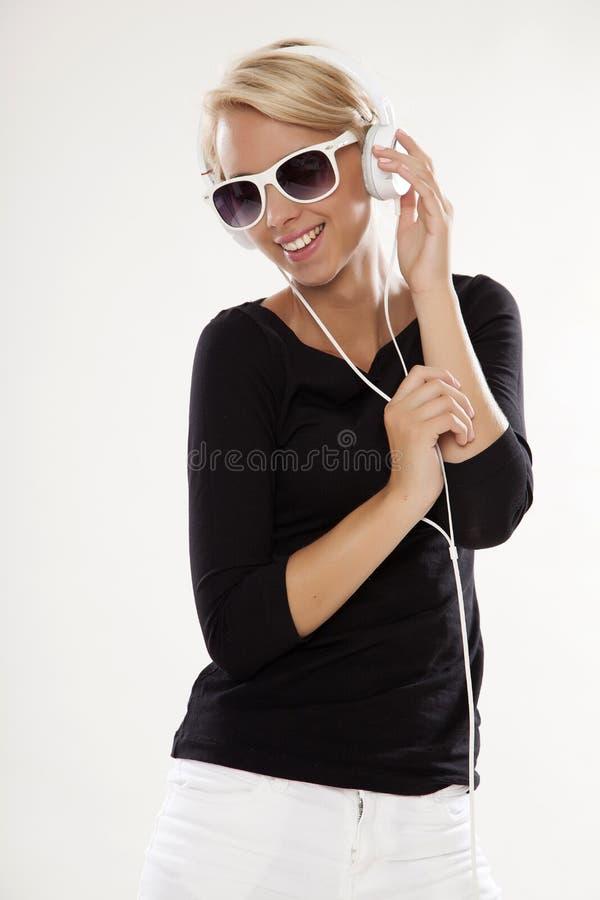 το όμορφο κορίτσι ακούει στοκ φωτογραφία με δικαίωμα ελεύθερης χρήσης