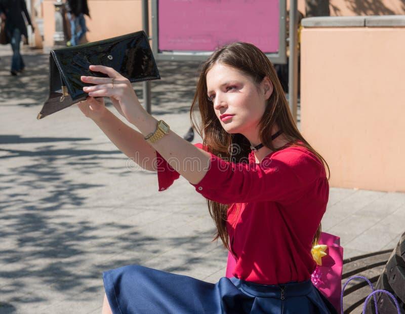 Το όμορφο κορίτσι αφήνεται χωρίς οποιαδήποτε χρήματα στο πορτοφόλι της - αρκετοί με τις αγορές έπειτα στοκ εικόνες