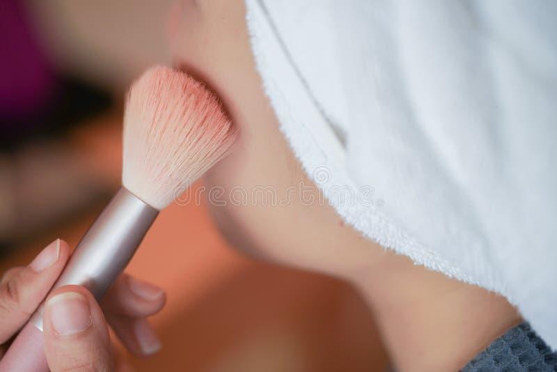 Το όμορφο κορίτσι ισχύει κοκκινίζει στο μάγουλο από τη βούρτσα στοκ εικόνα με δικαίωμα ελεύθερης χρήσης