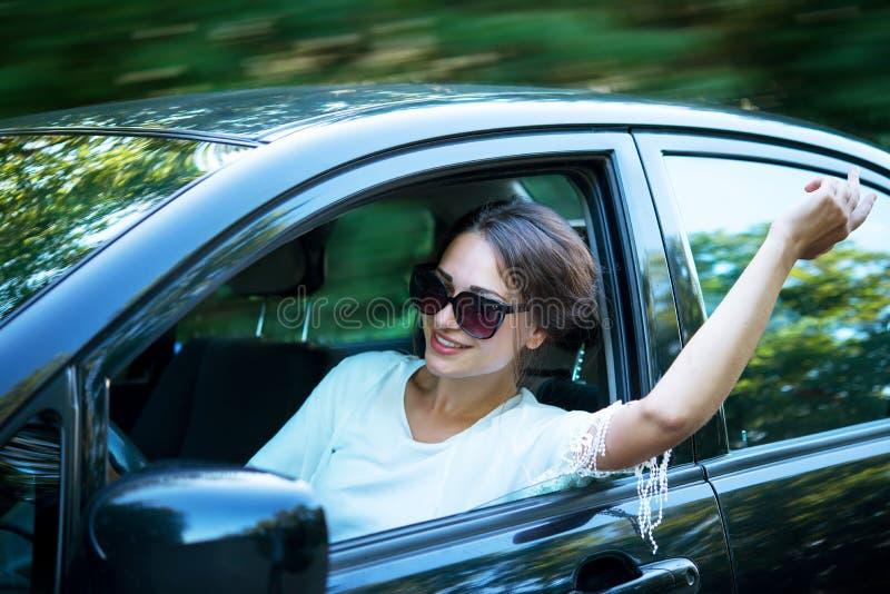 Το όμορφο κορίτσι κοιτάζει αναστατωμένα από το παράθυρο αυτοκινήτων προς τα WI στοκ φωτογραφία με δικαίωμα ελεύθερης χρήσης