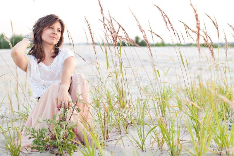 Το όμορφο κορίτσι κοιτάζει μελαγχολικά στοκ φωτογραφίες με δικαίωμα ελεύθερης χρήσης