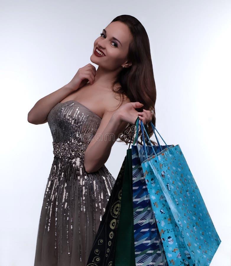 Το όμορφο κορίτσι κρατά τα πακέτα αγορών στοκ φωτογραφία με δικαίωμα ελεύθερης χρήσης